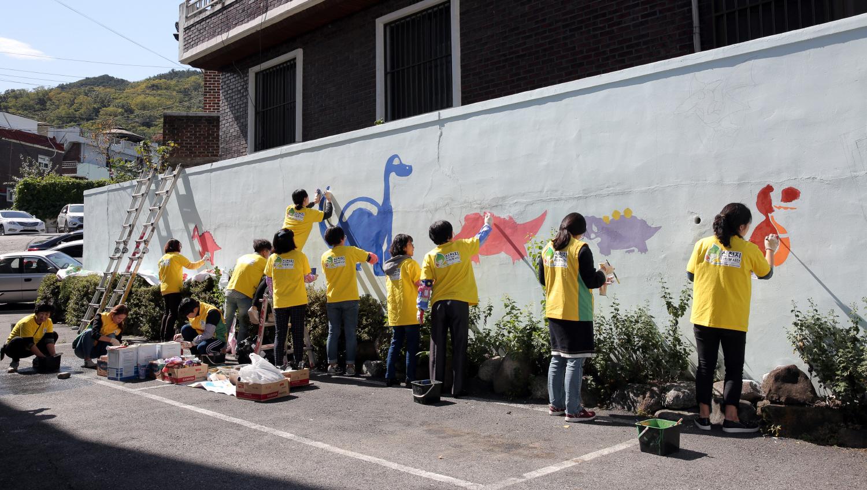 shincheonji volunteers drawing murals